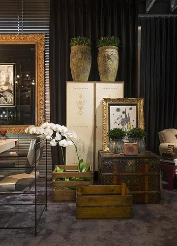Caixote de feira na decoração de uma sala sofisticada Projeto de Michel Safatle