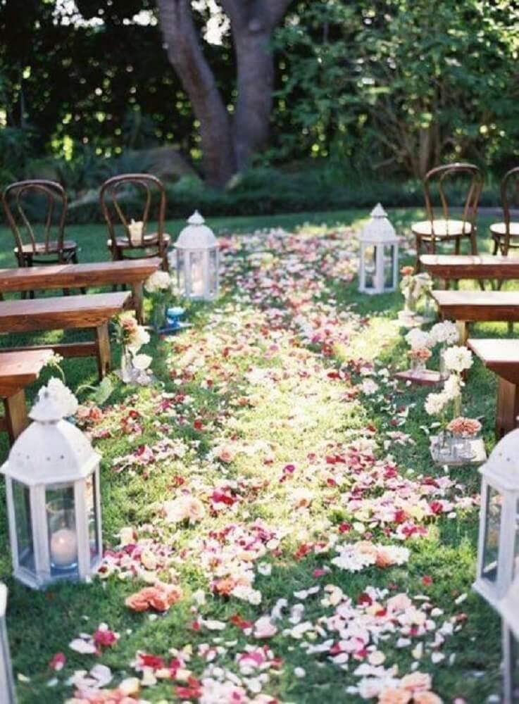 Decoração de casamento ao ar livre com luminárias