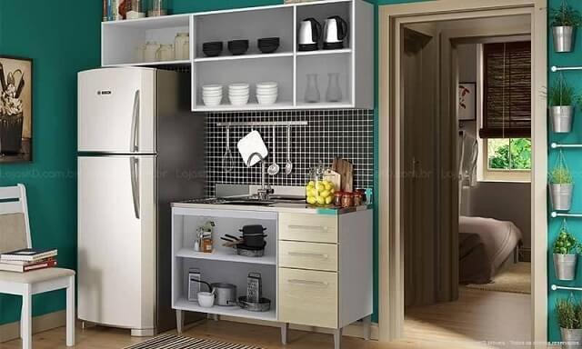 Cozinha modulada com armário branco e com gavetas bege Projeto de Lojas KD