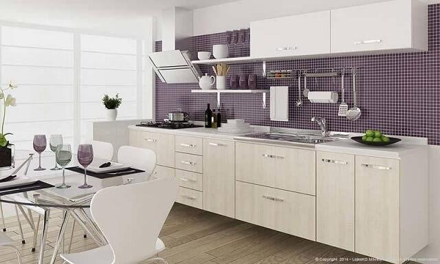 Cozinha modulada com armário branco e parede com revestimento roxo Projeto de Lojas KD