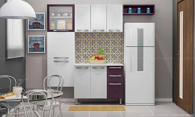 Cozinha modulada com armário de portas brancas e roxas Projeto de Lojas KD