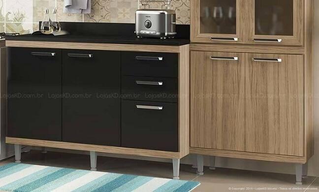 Cozinha modulada com armário em madeira e preto Lojas KD