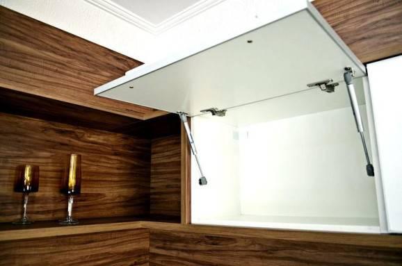 Cozinha modulada com armário basculante