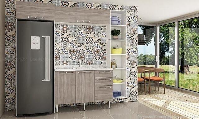 Cozinha modulada com armário simples e azulejo hidráulico Lojas KD