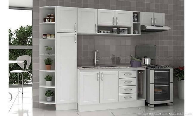 Cozinha modulada com armários brancos clássicos Projeto de Lojas KD