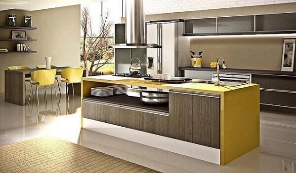 Cozinha modulada com cores sóbrias e toques de amarelo