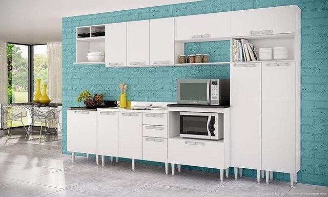 Cozinha modulada com móveis brancos e parede azul Projeto de Lojas KD