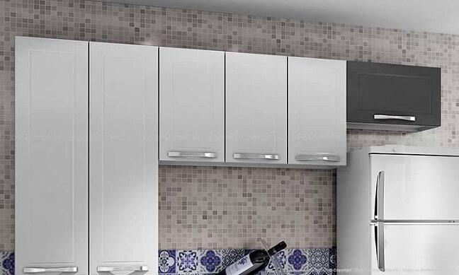 Cozinha modulada com um módulo com porta preta Projeto de Lojas Kd