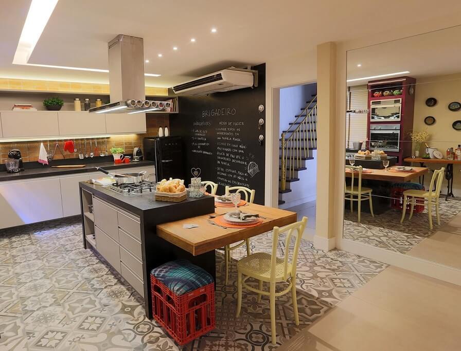 Cozinha planejada com bancada central Projeto de Lorrayne Zucolotto