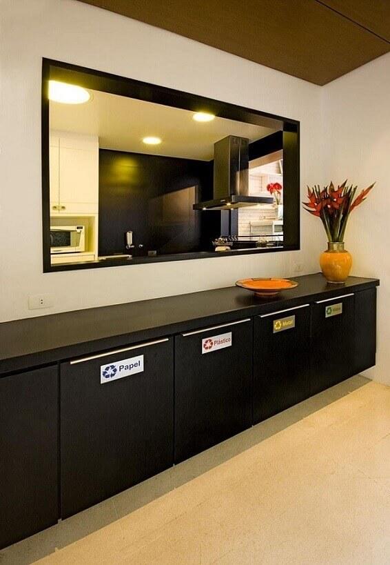 Cozinha planejada com lixeira seletiva Projeto de Amfb Arquitetura
