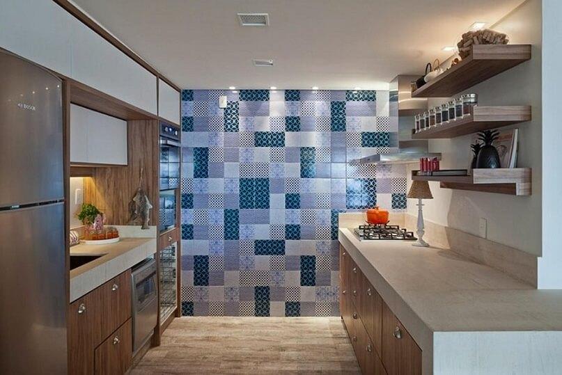 Cozinha planejada com parede de azulejos Projeto de Juliana S
