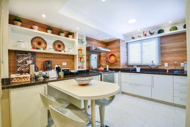 Cozinha planejada com revestimento de madeira nas paredes Projeto de Bender Arquitetura