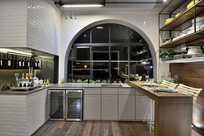 Cozinha planejada elegante com prateleiras Projeto de Casa Cor 2016