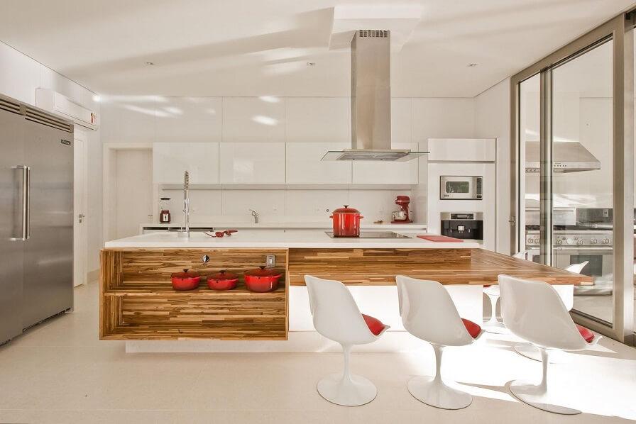 Cozinha planejada em madeira, branco e vermelho Projeto de Mariani Oglouyan