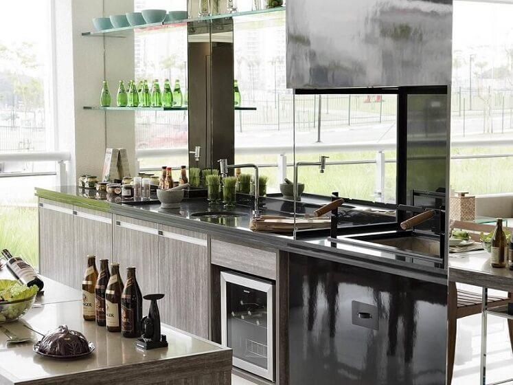 Cozinha planejada sofisticada com parede espelhada Projeto de Terezinha Nigri