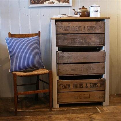 Criado-mudo com gavetas de caixote de feira de madeira