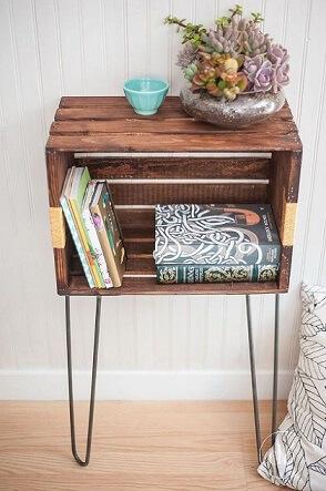 Criado-mudo de caixote de feira de madeira