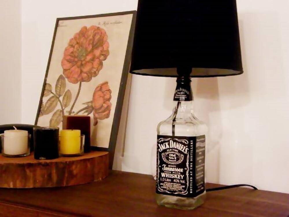 Decoração com abajur feito de garrafa Jack Daniel's