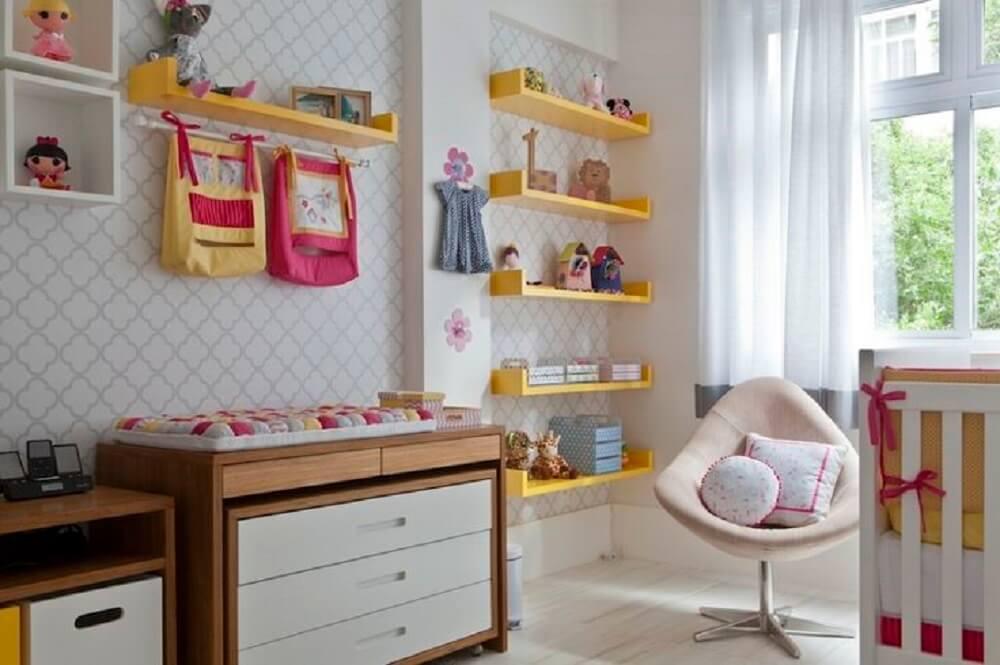 Decoração com prateleira para quarto de bebê