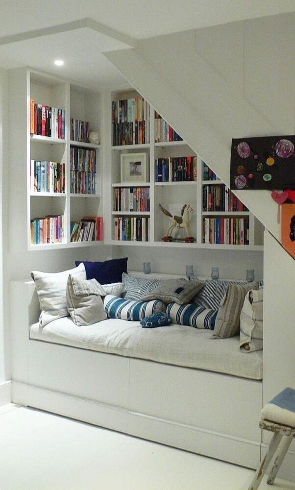 Decoração com prateleiras de livros para quarto