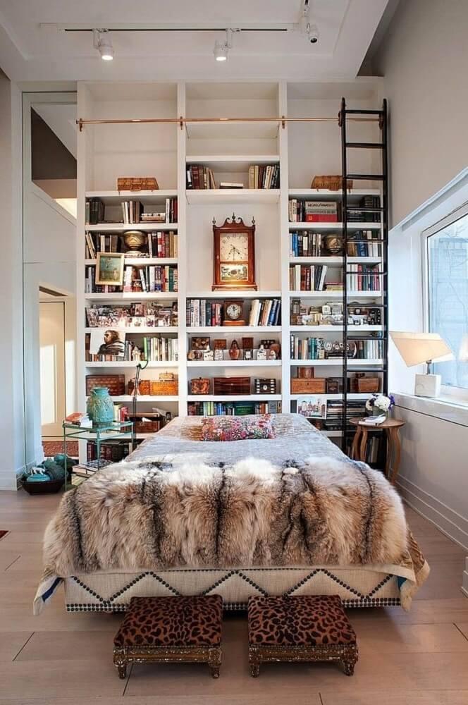 Decoração de cabeceira com prateleira de livros para quarto