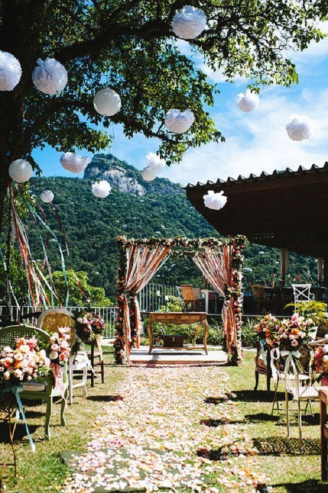 Decoração de casamento ao ar livre com muitas flores