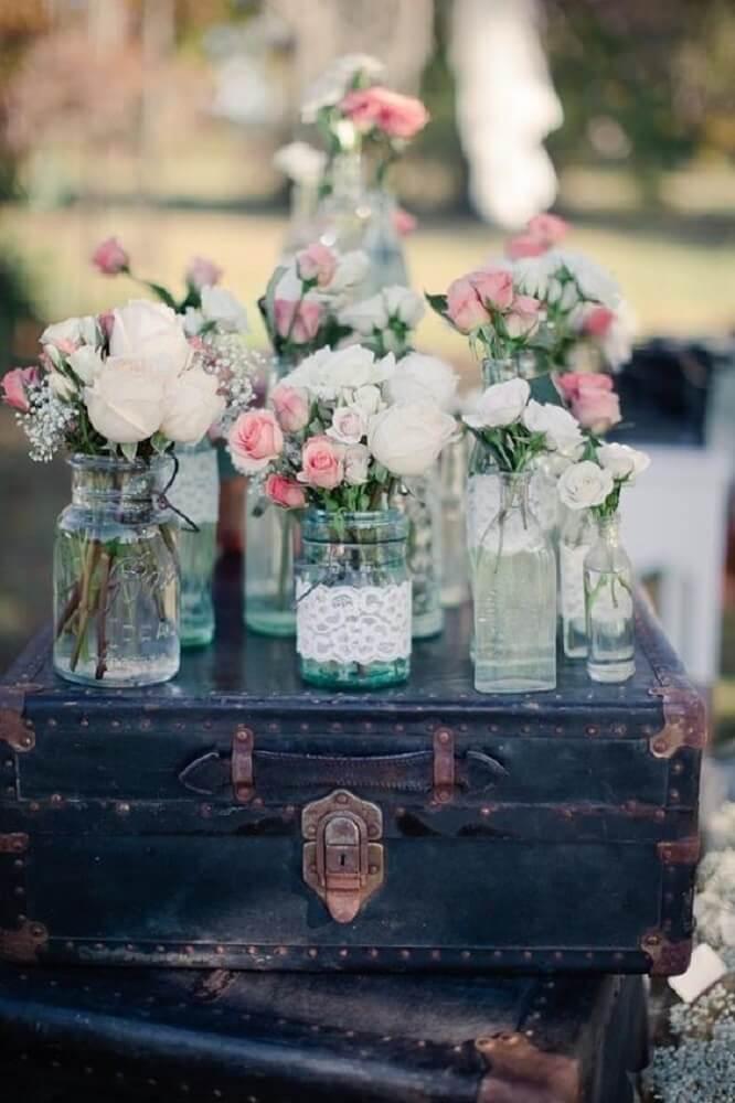 Decoração de casamento barato com maleta antiga e vasos de flores