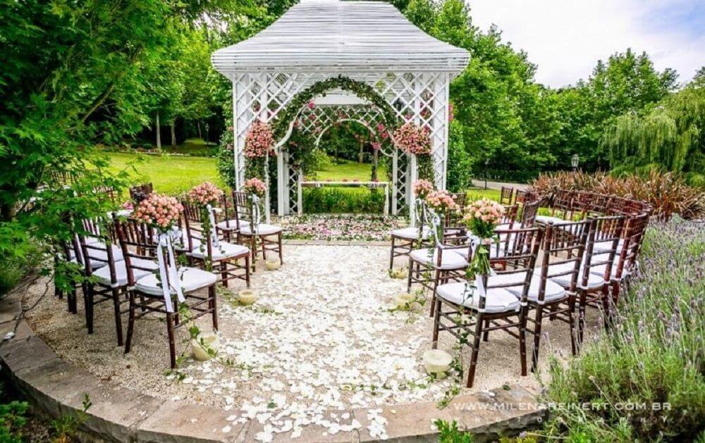 Decoração de casamento delicada e ao ar livre