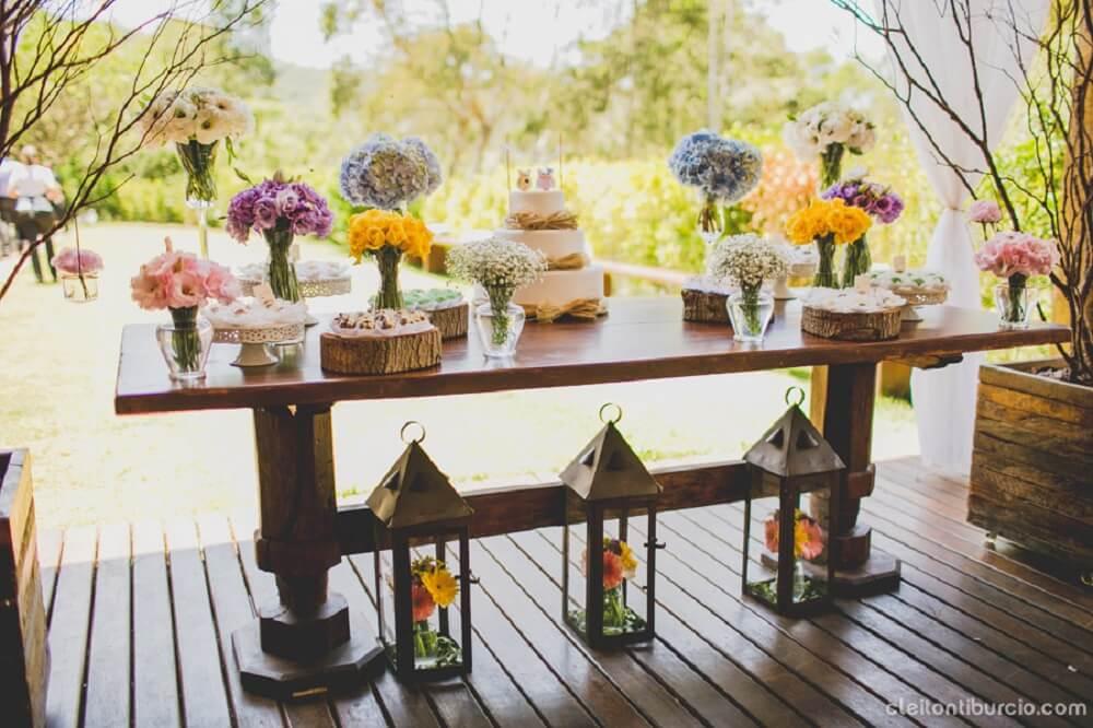 Decoração de casamento com flores coloridas e simplicidade