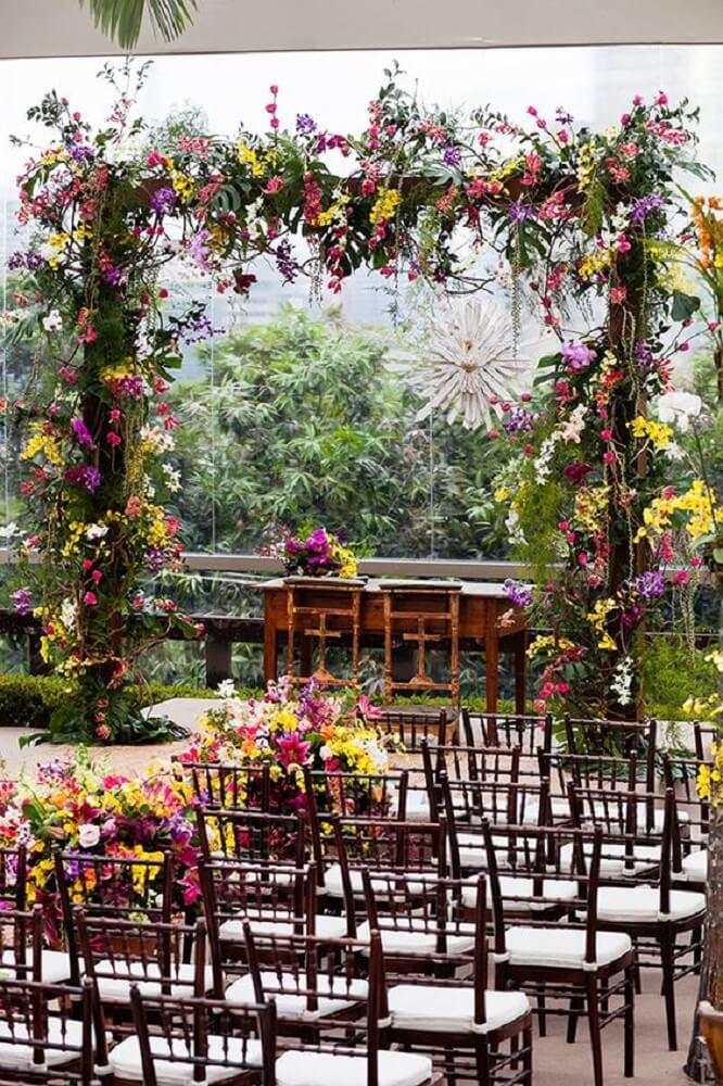 Decoração de casamento com muitas flores e simplicidade