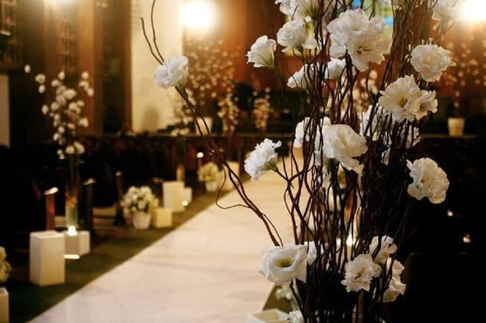 Decoração de casamento em igreja com rosas brancas e velas
