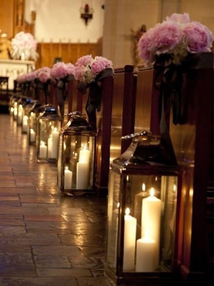 Decoração de casamento em igreja com velas em luminárias