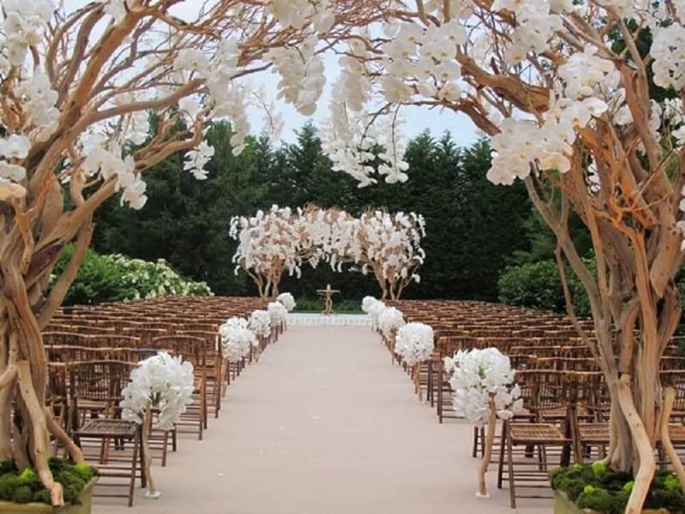 Decoração de casamento rústico e com flores brancas