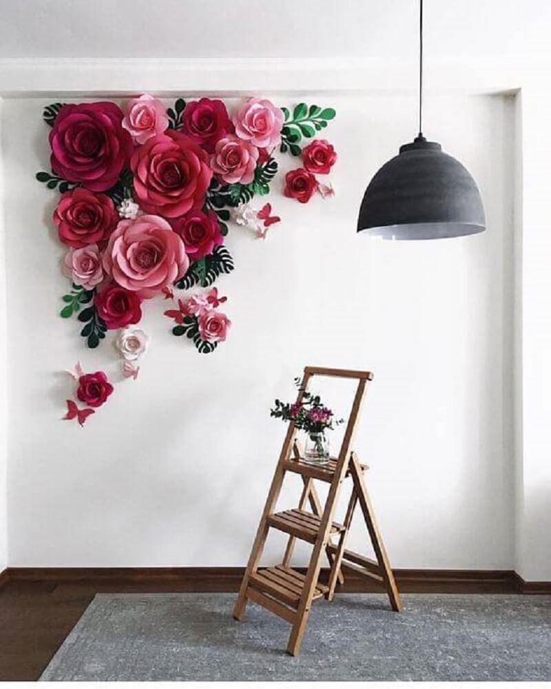 Decoração simples com flores de papel e escada de madeira