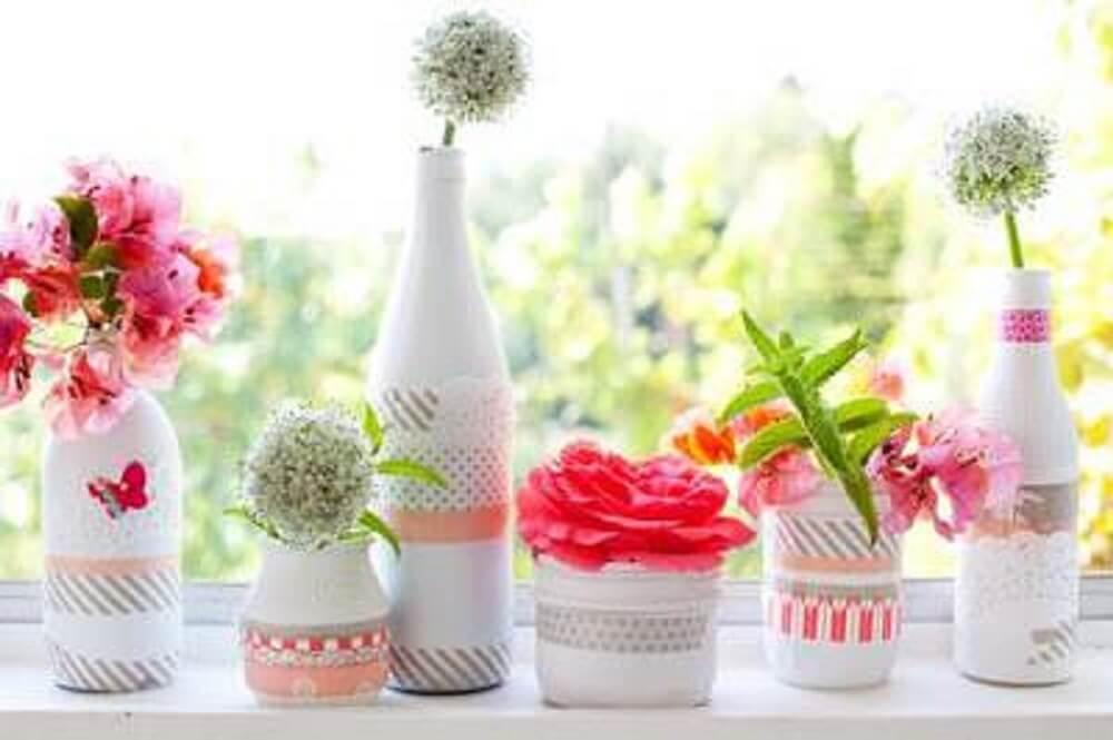 Decoração de garrafas brancas com renda para vasos de flor