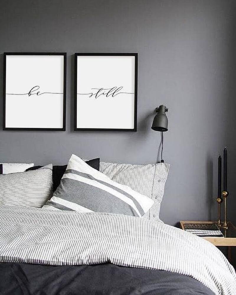 16. Decoração de quarto clean cinza com quadros na cabeceira da cama
