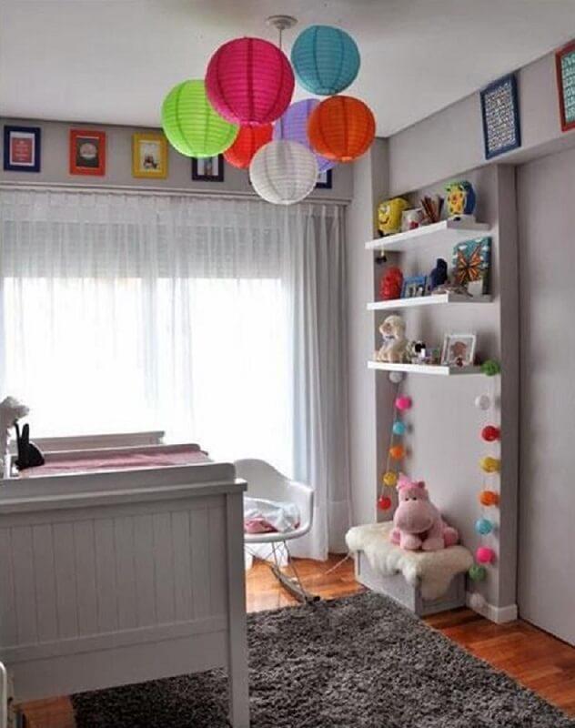 Decoração de quarto clean com pontos de cor e luminárias japonesas