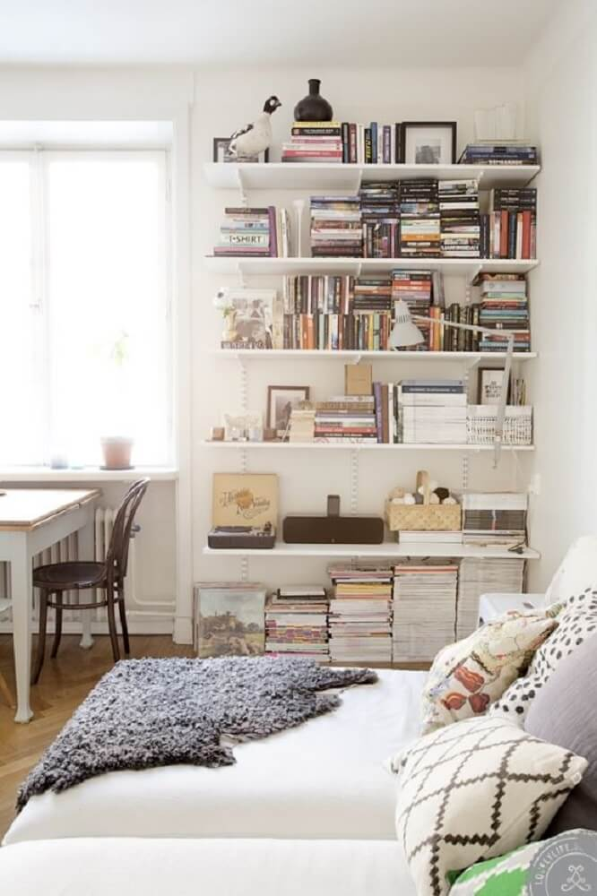 Decoração de quarto com prateleira de livros