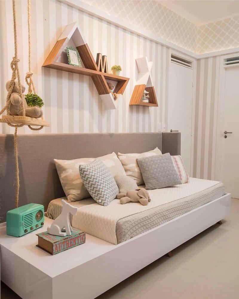 Decoração de quarto com prateleiras diferentes
