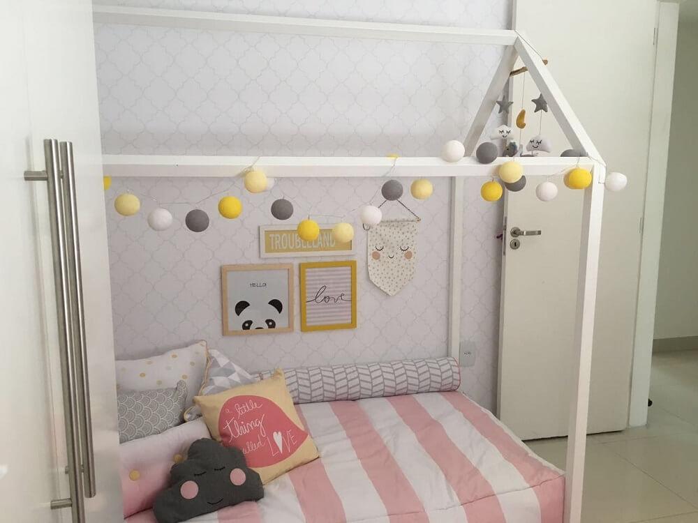 23. Decoração de quarto de menina em tons de cinza e rosa com cama montessoriana