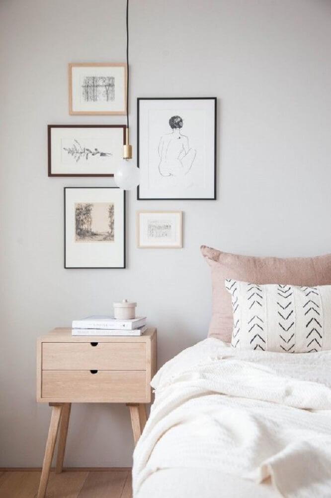 19. Decoração de quarto em tons rosa quartz e branco e criado mudo de madeira com luminária minimalista-proportional-height_cover_medium