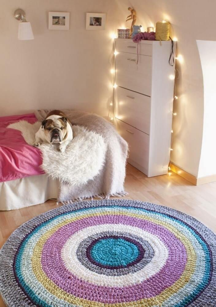 13. Decoração de quarto feminino com tapete de crochê e pisca piscas