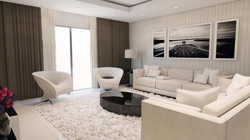Decoração de sala de estar em tons de branco com poltrona moderna