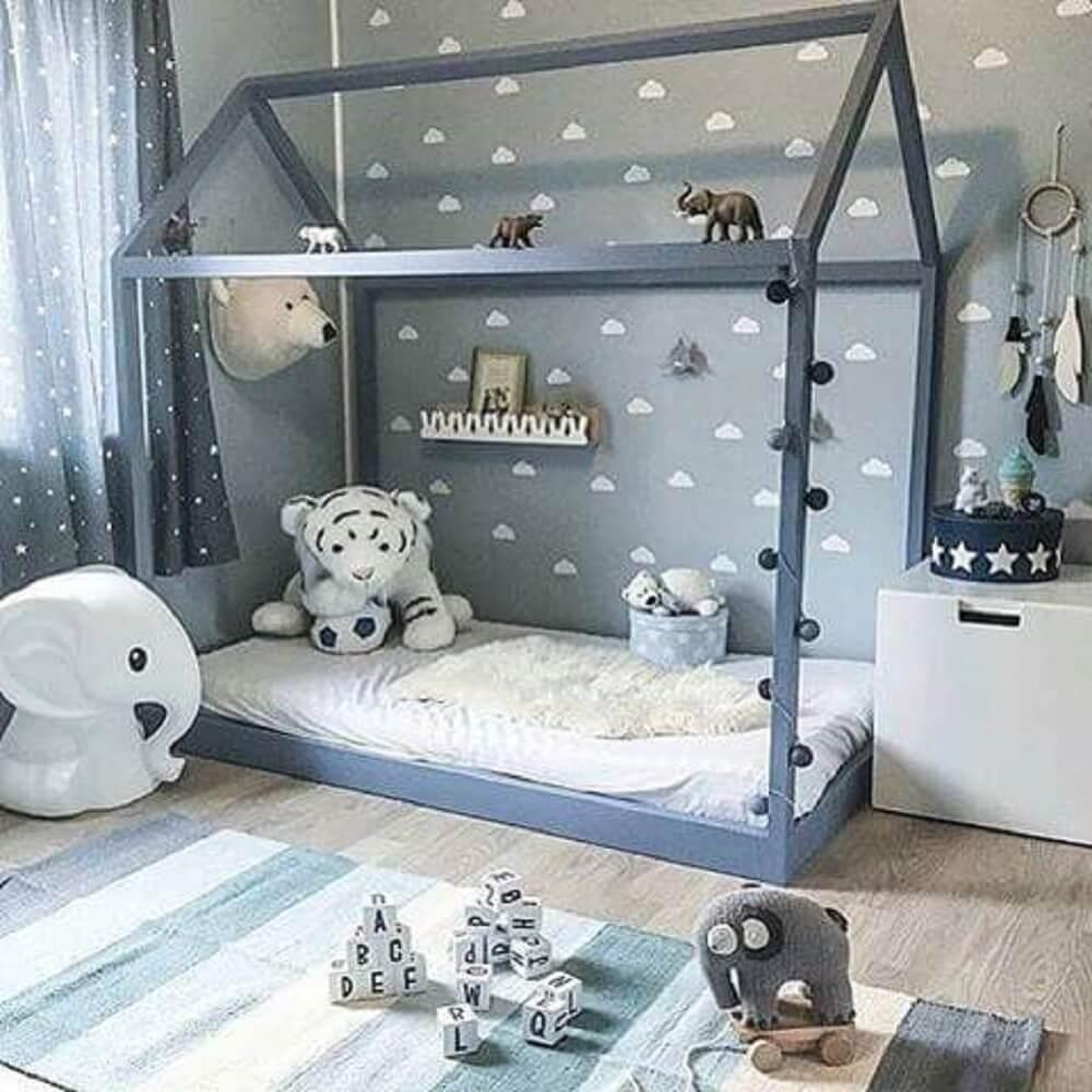 24. Decoração linda de quarto tumblr de menino com cama montessoriana e papel de parede de nuvens