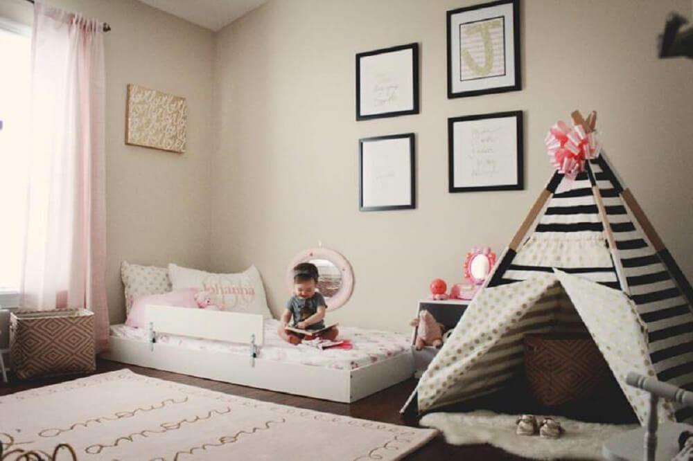 26. Decoração minimalista de quarto tumblr com cabaninha e tapete