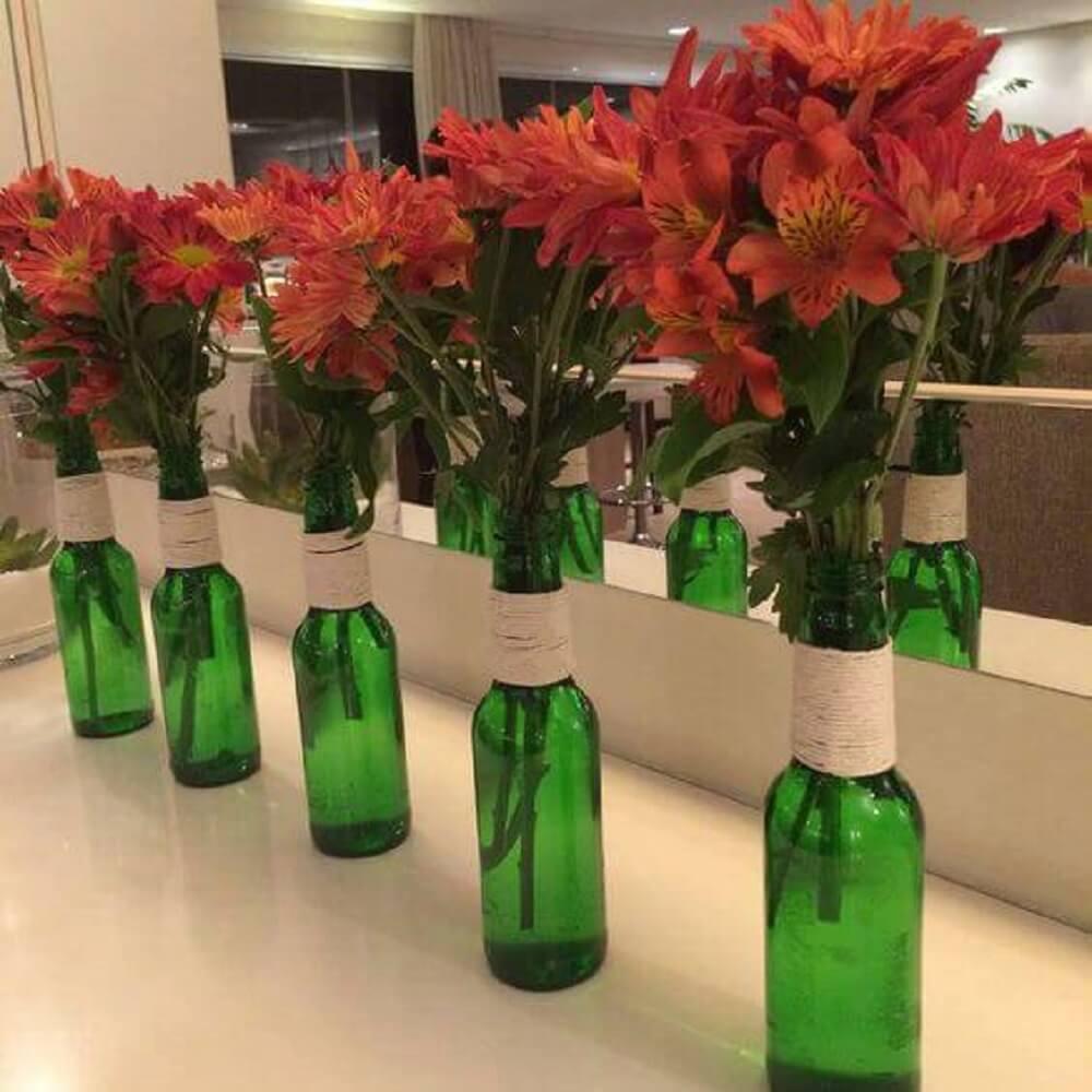 Decoração simples com garrafas decoradas com barbante