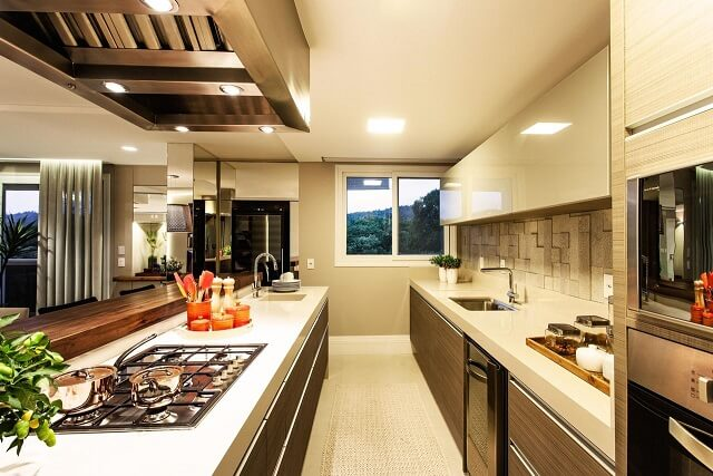 Duas pias de cozinha de granito claro em cozinha estilo corredor Projeto de Juliana Pippi