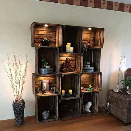 Estante com caixotes de feira de madeira