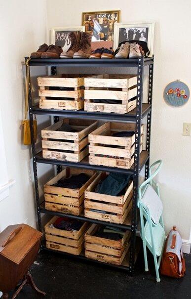 Estante com gavetas de caixote de feira