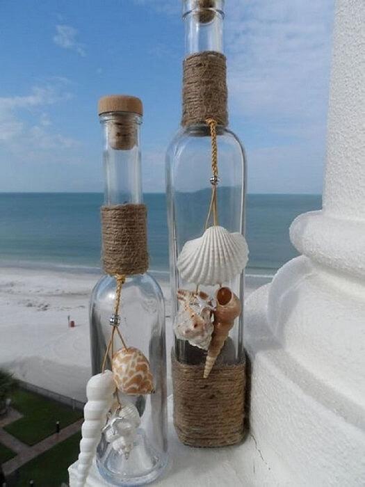 Garrafa decorada com conchas e barbante
